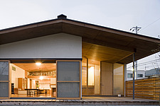 FUKAI NOKIURA WO MOTSU IE, Private House, View of the south elevation in the evening - 90004-40-1
